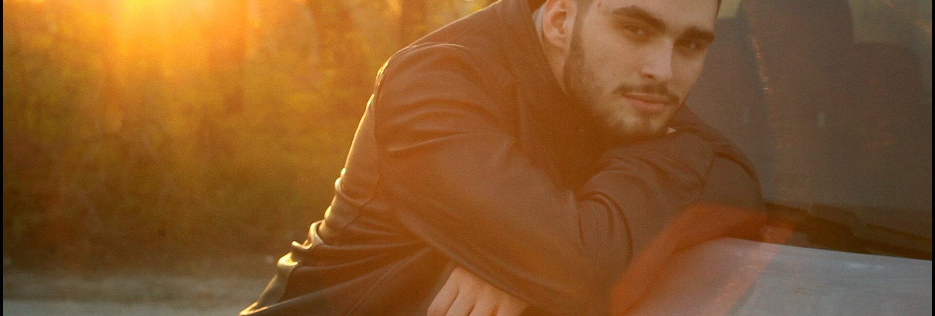 мужской портрет на закате